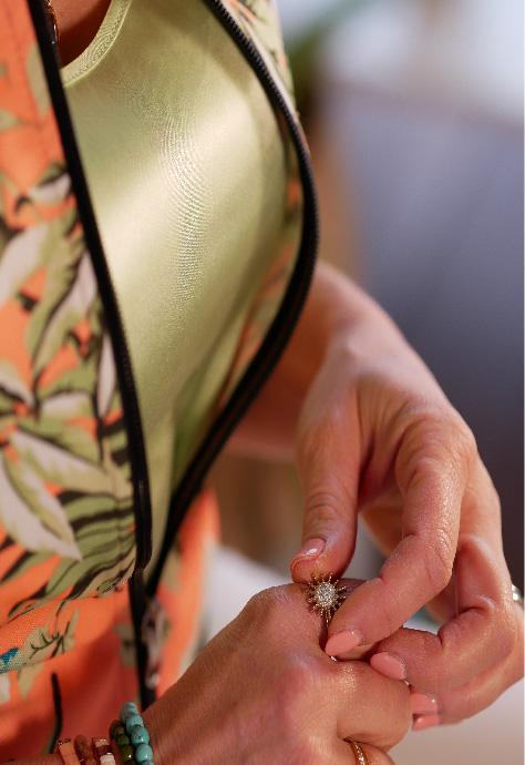 Les mains de Julie Vermylen qui touche sa bague